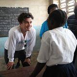 """Orlando Bloom setzt sich als """"UNICEF""""-Botschafter in Liberia für die Eindämmung der Ebola-Epidemie ein. Hier ist er gerade zu Besuch in einer Schule."""