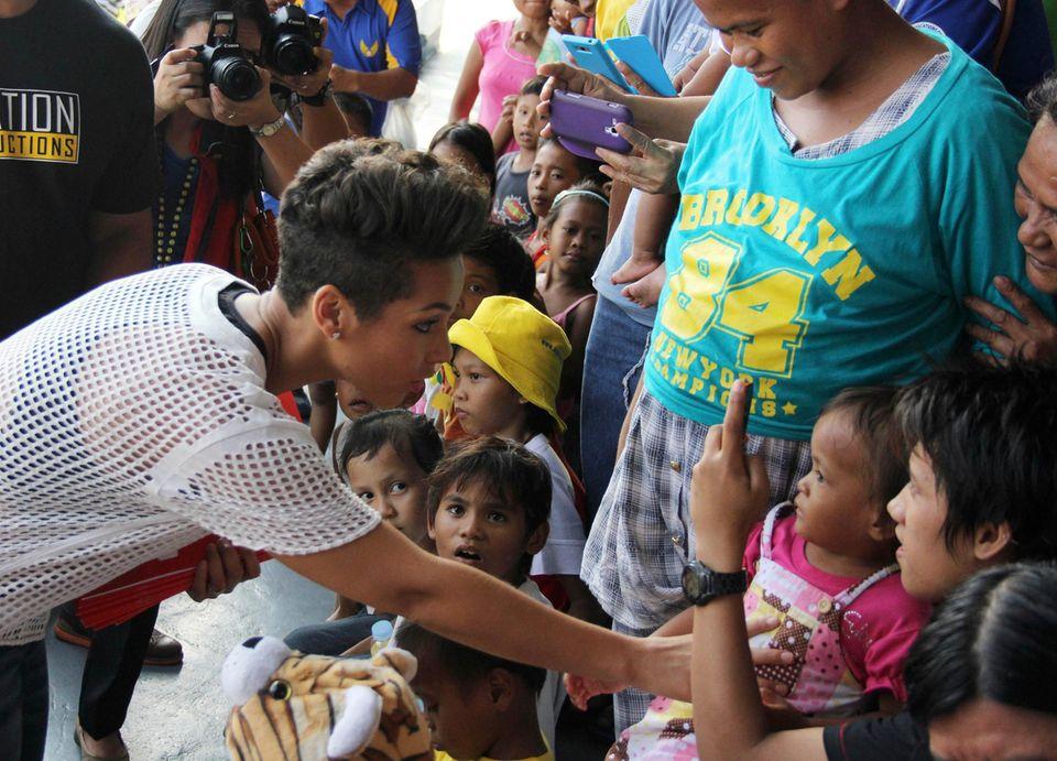 Alicia Keys besucht die Taifun-Opfer in der Villamor Air Base südlich von Manila auf den Phillippinen.