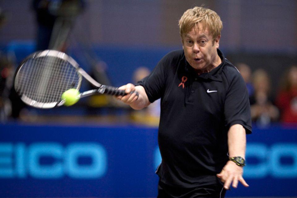 """15. November 2010: Elton John kommt für den guten Zweck ganz schön ins Schwitzen. Für das """"World Team Tennis Smash Hits Fundrais"""