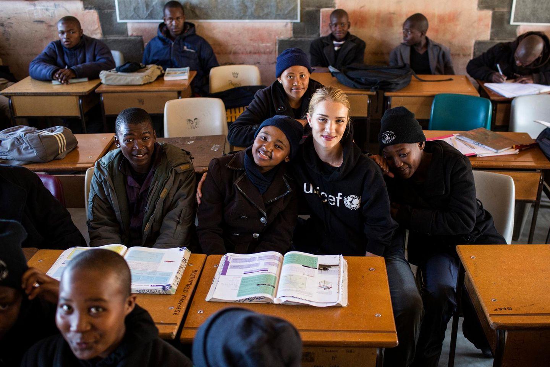 Rosie Huntington-Whiteley hat sich UNICEF angeschlossen und besucht das von Dürre befallene Land Lesotho in Afrika.