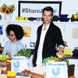 """Josh Duhamel verteilt bei der Aktion """"#ShareAMeal"""" Essenspakete um auf Hunger leidende Kinder in Amerika aufmerksam zu machen."""