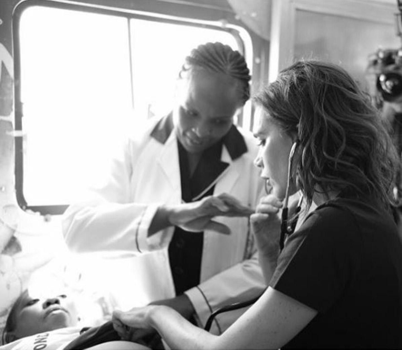 """Victoria Beckham scheut keinen Kontakt: Im Auftrag der Organisation """"UNAIDS"""" packt sie in der Krankenstation mit an."""