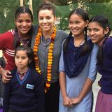 """Müde aber glücklich sieht man Eva Longoria bei ihrem Besuch im """"Harmony House"""" in Indien. In der sozialen Einrichtung werden benachteiligte Frauen und Kinder mit Nahrung, Medikamenten und Hygieneartikeln versorgt. Auch Bildungsprogramme werden angeboten."""