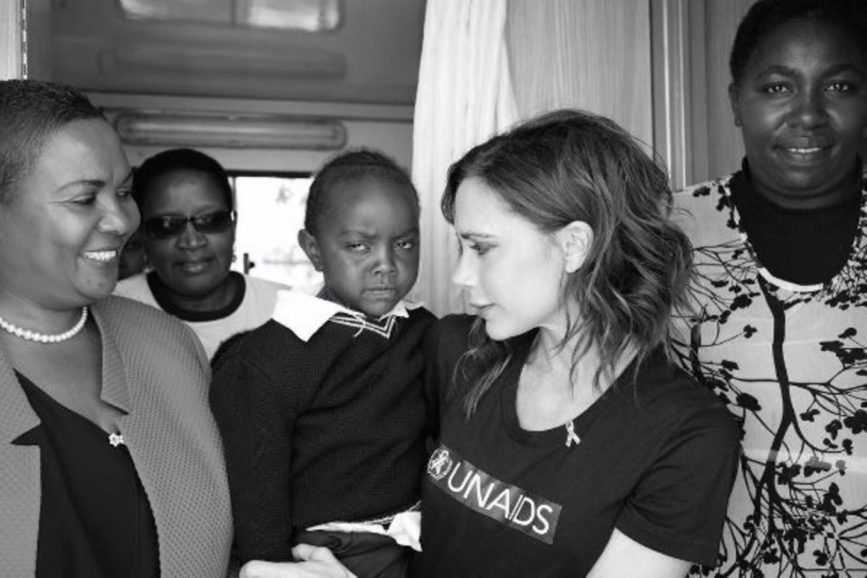 """Zu Besuch in der """"Beyond Zero mobile Clinic"""" in Kenia: Victoria Beckham lernt Kinder der Klinik kennen."""