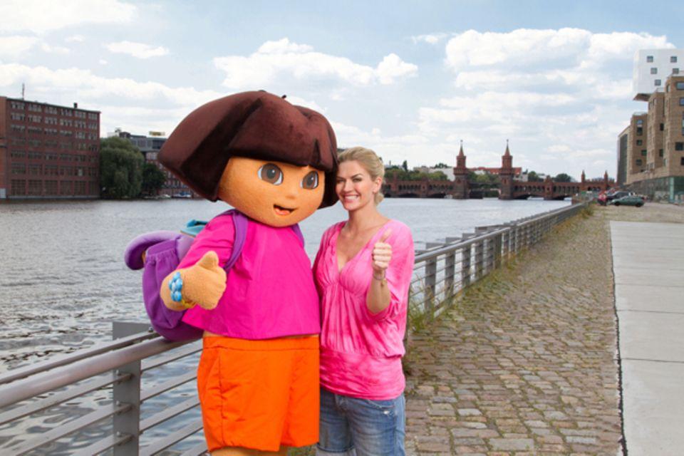 8. Oktober 2010: Nina Bott udn Dora, die kleine Heldin aus dem Nickelodeon-Kinderprogramm, sammeln Geld, das fünf Kindergärten z