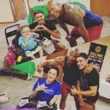 Dwayne Johnson und Zac Efron machen Kinderträume wahr und besuchen diese Patienten eines Kinderkrankenhauses.
