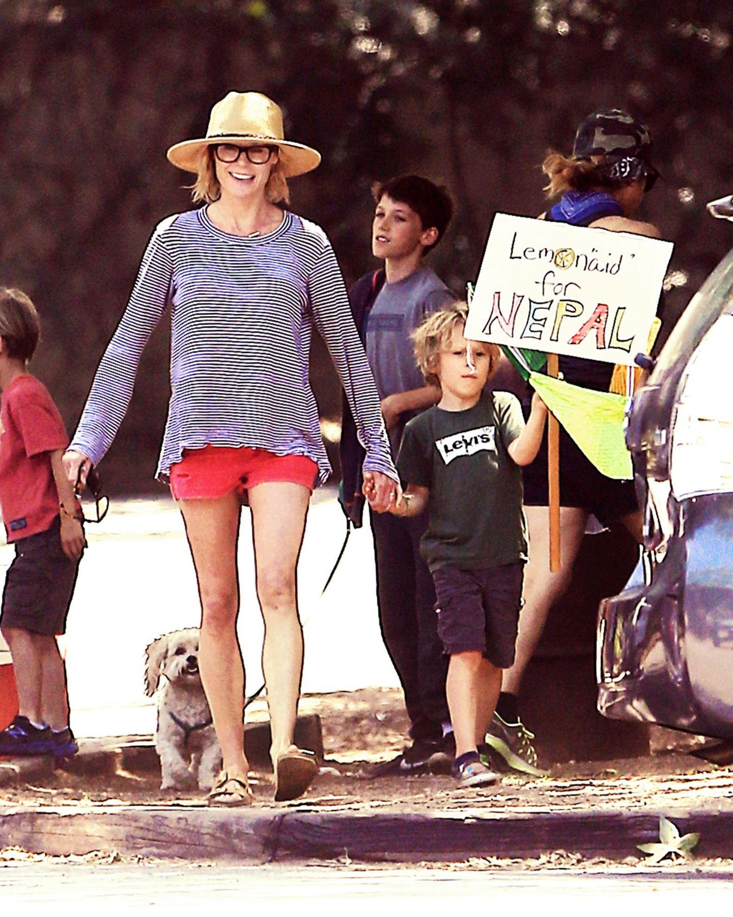 """Früh übt sich: Julie Bowen, der """"Modern Family""""-Star startet eine """"Lemon-Aid""""-Aktion in ihrer Nachbarschaft, um den Opfern in Nepal beizustehen und zeigt dadurch auch ihren Kindern, dass man auch im Kleinen helfen kann."""