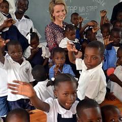 Prinzessin Mathilde von Belgien überzeugt sich vor Ort von der Lage auf Haiti und besucht eine öffentliche Schule, die von UNICE