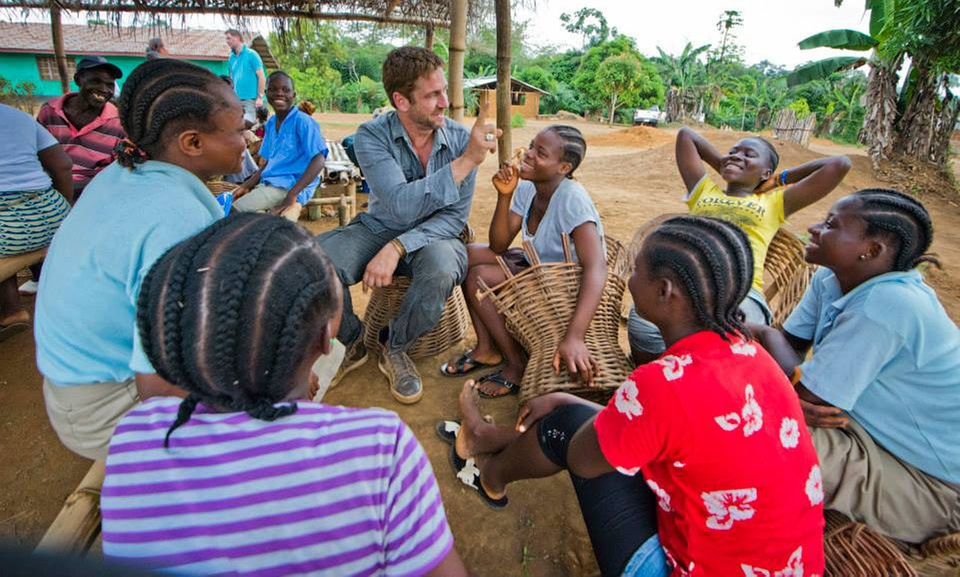 """Für die Wohltätigkeitsorganisation """"Mary's Meals"""", die Menschen mit Essen versorgt, verbringt Gerard Butler einige Tage in Liberia."""