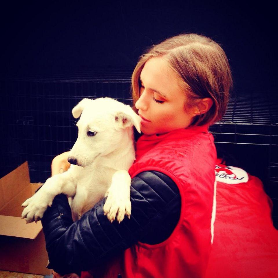 """Model Alena Gerber unterstützt die Tierschutzorganisation """"Vier Pfoten"""" die sich unter anderem in Rumänien um streunende Hunde kümmern. Sie begleitet die Organisation bei einem Kastrationsprogramm von Hunden, da sie dann nicht getötet werden dürfen."""