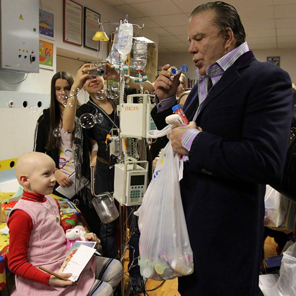 9. Dezember 2010: Mickey Rourke besucht krebskranke  Kinder in einem Krankenhaus in St. Petersburg und bringt ihnen als Geschenk