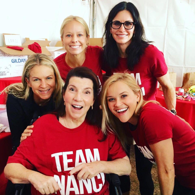 Team Nanci! Viele Stars wie Reese Witherspoon und Courtney Cox unterstützen den Kampf gegen die Nervenkrankheit ALS (amyotrophe Lateralsklerose) mit ihrer Präsenz zu besiegen. Hier haben sie Nanci Ryder in ihrer Mitte, die ALS hat und stellvertretend für Betroffene steht.