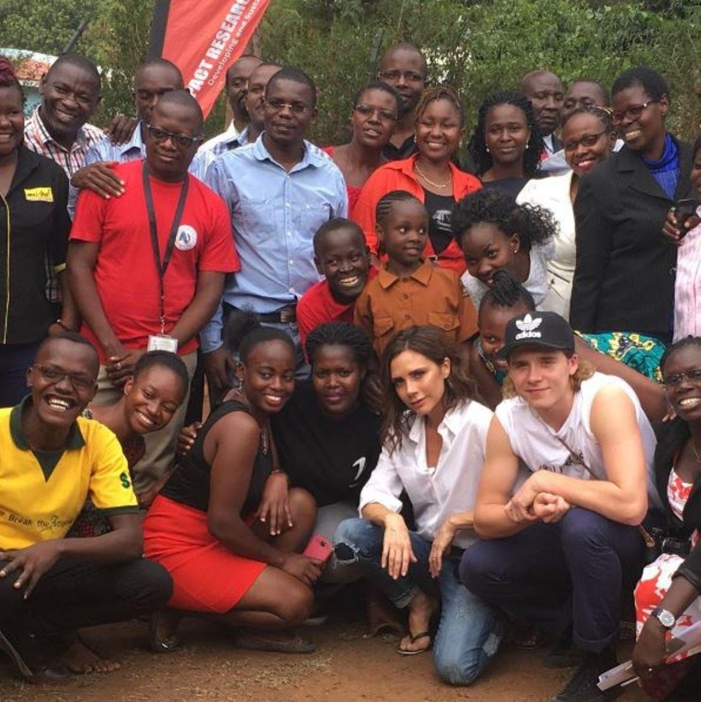 """Victoria Beckham und ihr Sohn Brooklyn unterstützen die Organisation """"UNAIDS"""" in Afrika."""