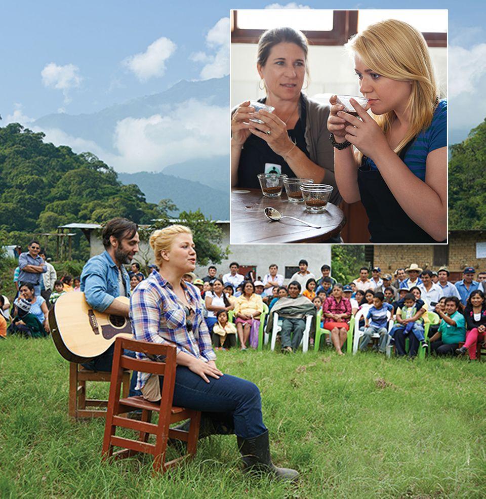 """Sängerin Kelly Clarkson besucht mit der """"Green Mountain Coffee""""-Organisation eine Kaffeefarm in Peru. Das Unternehmen setzt sich für eine bessere Lebensqualität der Kaffebauern ein. Die """"Great Coffee, Good Vibes, Choose Fair Trade""""-Kampagne, bei der Musiker wie Clarkson kostenlose Konzerte geben, wurde ins Leben gerufen, um sich für den fairen Handel stark zu machen und den Blick für die Lebenssituation der Farmer und ihren Familien zu schärfen."""
