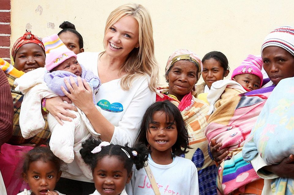 """Emma Bunton besucht in Madagaskar für Unicef Mütter. Sie will damit auf eine Kampagne von """"Pampers"""" aufmerksam machen, die sich für die Impfung gegen Tetanus einsetzt."""