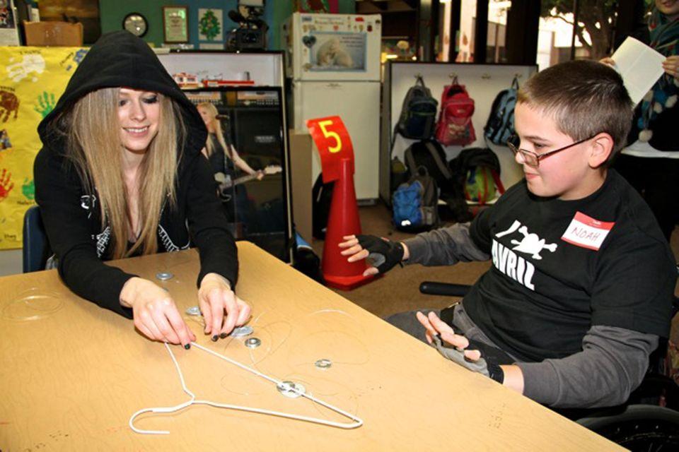 """Avril Lavigne engagiert sich mit ihrem """"Avril Lavigne Rockstar Club"""" für behinderte Kinder."""