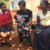 David Beckham hat ein großes Herz für Kinder und engagiert sich schon seit Jahren für Unicef. Gerade hält er sich in Swasiland auf. Es macht ihn sehr stolz, zu sehen, dass die Hilfe an der richtigen Stelle ankommt und es den Kindern besser geht als zuvor. Hier hält er ein kleines Kind im Arm, dass gesund und munter mit ihm Grimassen zieht.