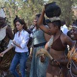 """Zu Besuch in Kisumu, einer Hafenstadt in Kenia: Kisumus """"First Lady"""" führt Victoria Beckham herum."""
