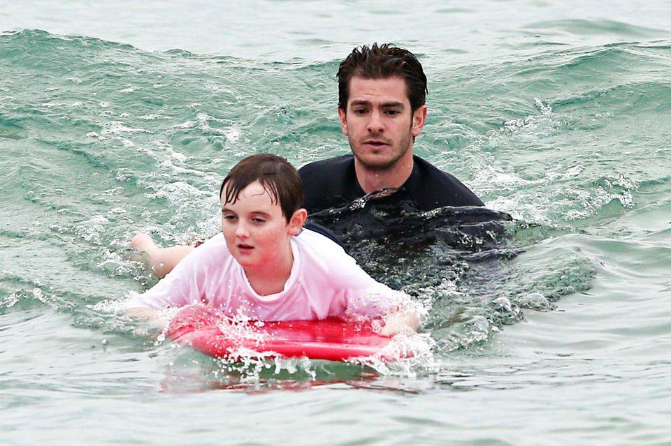 """Andrew Garfield unterstützt das Projekt """"Hunter Connect's Surfer's For Autism"""" und bringt autistischen Kindern am australischen Bondi Beach in Sydney das Surfen bei."""