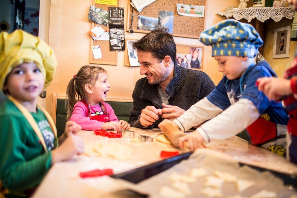 """""""Tatort""""-Kommissar und SOS-Pate Oliver Mommsen überrascht die Kinder des SOS-Kinderdorfs Seekirchen und verbringt einen Tag mit ihnen."""