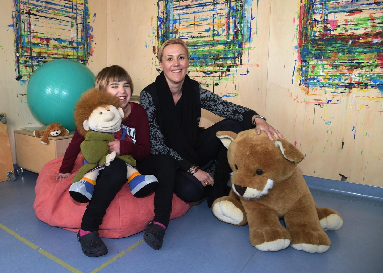 """Bettina Wulff besucht als """"Stadthelm""""-Botschafterin das Lebenszentrum Königsborn in Unna. Das ist eine Einrichtung, in der Kinder, Jugendliche und Erwachsene behandelt werden, die mit den oft schwerwiegenden Folgen eines Schädel-Hirn-Traumas zu kämpfen haben."""