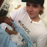 Brooklyn Beckham hält ein Neugeborenes in den Armen und fühlt sich sehr geschmeichelt, denn es heißt ebenfalls Brooklyn.