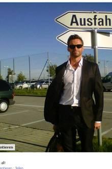 """14. September 2011: Emotionslos stellt Hugh Jackman sich unter das Schild """"Ausfahrt"""" und kommentiert bei Facebook """"Das Bild sagt"""