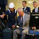 """Zwei Joysticks und schon geht es los: Prinz Charles lenkt bei """"MVV Energy"""" in Plymouth einen Kran."""