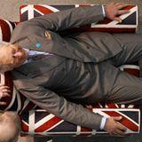 """Prinz Charles macht es sich beim Besuch der """"Ideal Home Show"""" in London in einem Sessel in den Farben der britischen Nationalfla"""