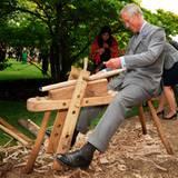 Auch an der Hobelbank macht Prinz Charles eine gute Figur.