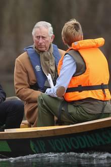 Prinz Charles muss bei seinem offiziellen Serbien-Besuch nicht nur Würdenträger besuchen, Altstädte durchbummeln und einen Baum pflanzen, sondern er wird in einem eher kleinen Boot und im Gegensatz zu seiner Begleitung auch ganz ohne Schwimmweste durch die Marschen von Kovilj gefahren.
