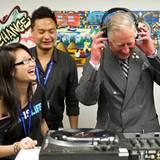 Prinz Charles besucht einen Workshop für Arbeitslose in Toronto und versucht sich dabei als DJ.