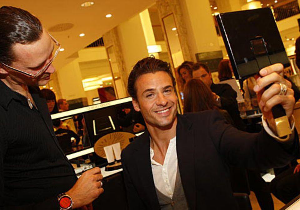 GALA Shopping Night: Schauspieler Stephan Luca bei Armani Cosmetics