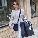 Die Schauspielerin Calista Flockhart scheint nach ihrem Einkauf bei Barneys in New York ganz zufrieden.