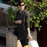 Mit Lederhose und leichtem Mantel ist Anne Hathaway auf Shoppingtour durch Los Angeles.