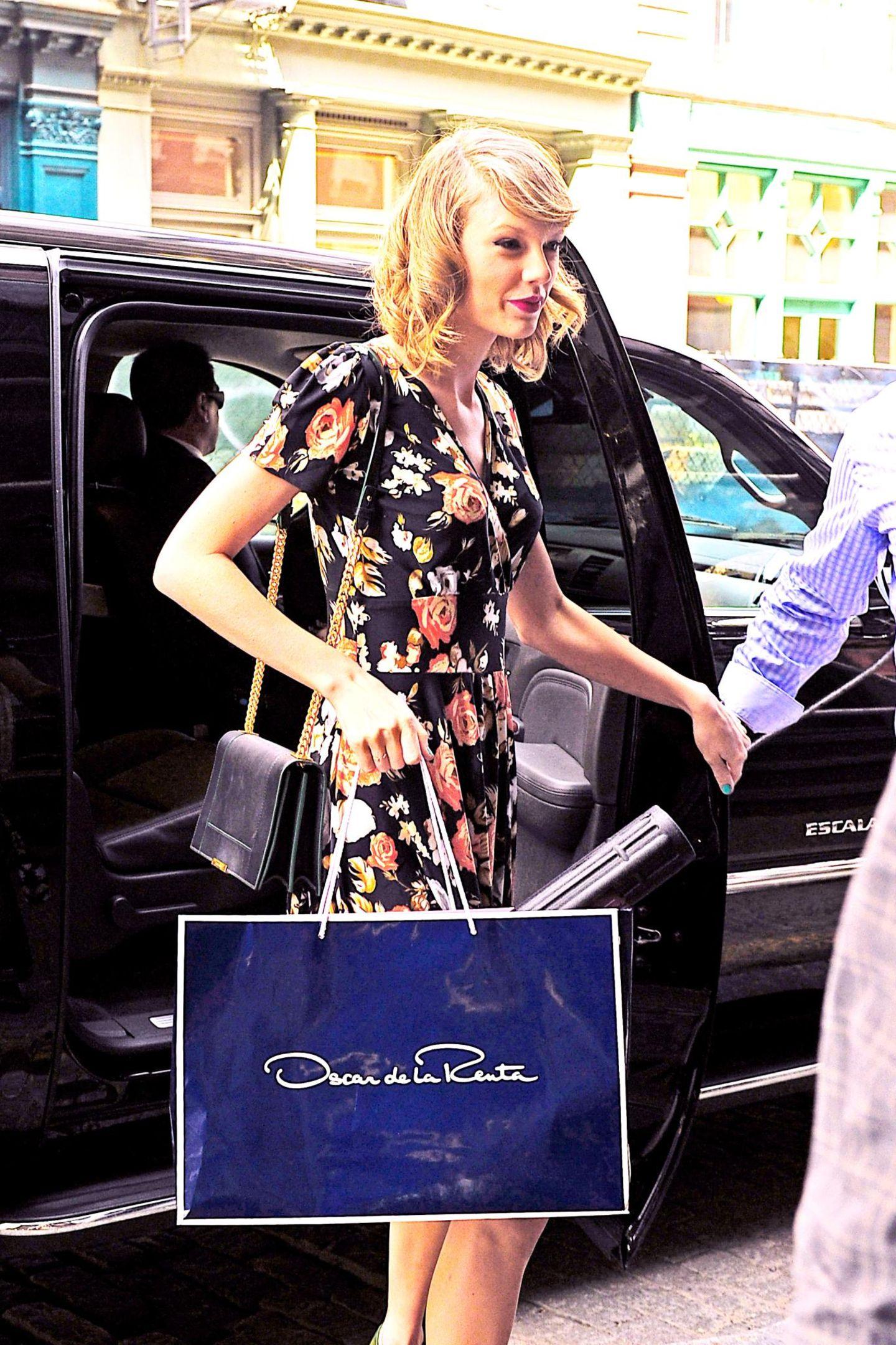 Taylor Swift bringt ihre Ausbeute von Modedesigner Oscar de la Renta nach Hause.
