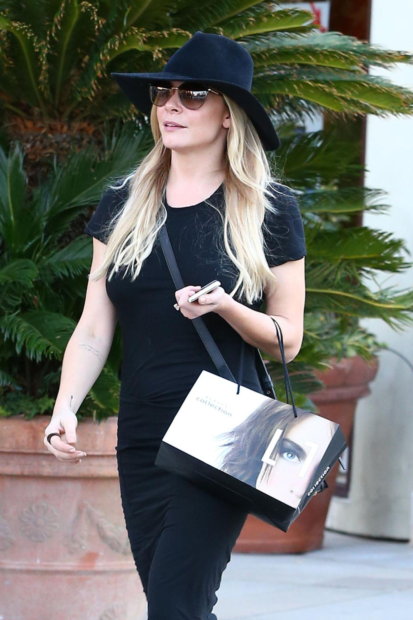 Countrysängerin LeAnn Rimes ist in Calabasas alleine zum shoppen unterwegs.