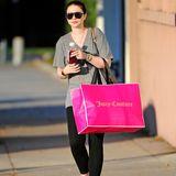 """Michelle Trachtenberg geht in Beverly Hills shoppen und ist bei """"Juicy Couture"""", einer kalifornischen Modemarke, fündig geworden."""