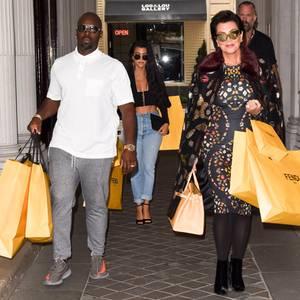 Kris Jenner hat mit Tochter Kourtney Kardashian und Freund Corey Gamble bei Fendi zugeschlagen. Freudig schleppt das Trio seine Beute zum Auto.