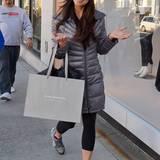 Schauspielerin Roselyn Sánchez lässt sich bei ihrer Shoppingtour nicht stören und lächelt gut gelaunt in die Kamera.