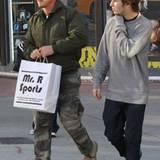 27. Dezember 2010: Sean Penn macht mit seinem Sohn Hopper während des Weihnachtsurlaubs in Miami eine Shoppingtour.