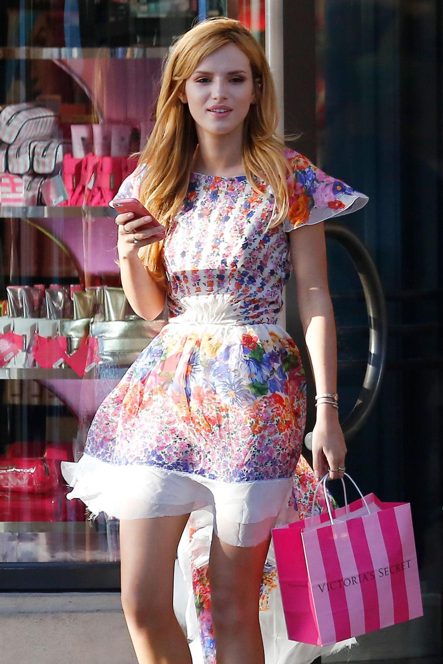 Bella Thorne kauft bei Victoria's Secret in Santa Monica ein.