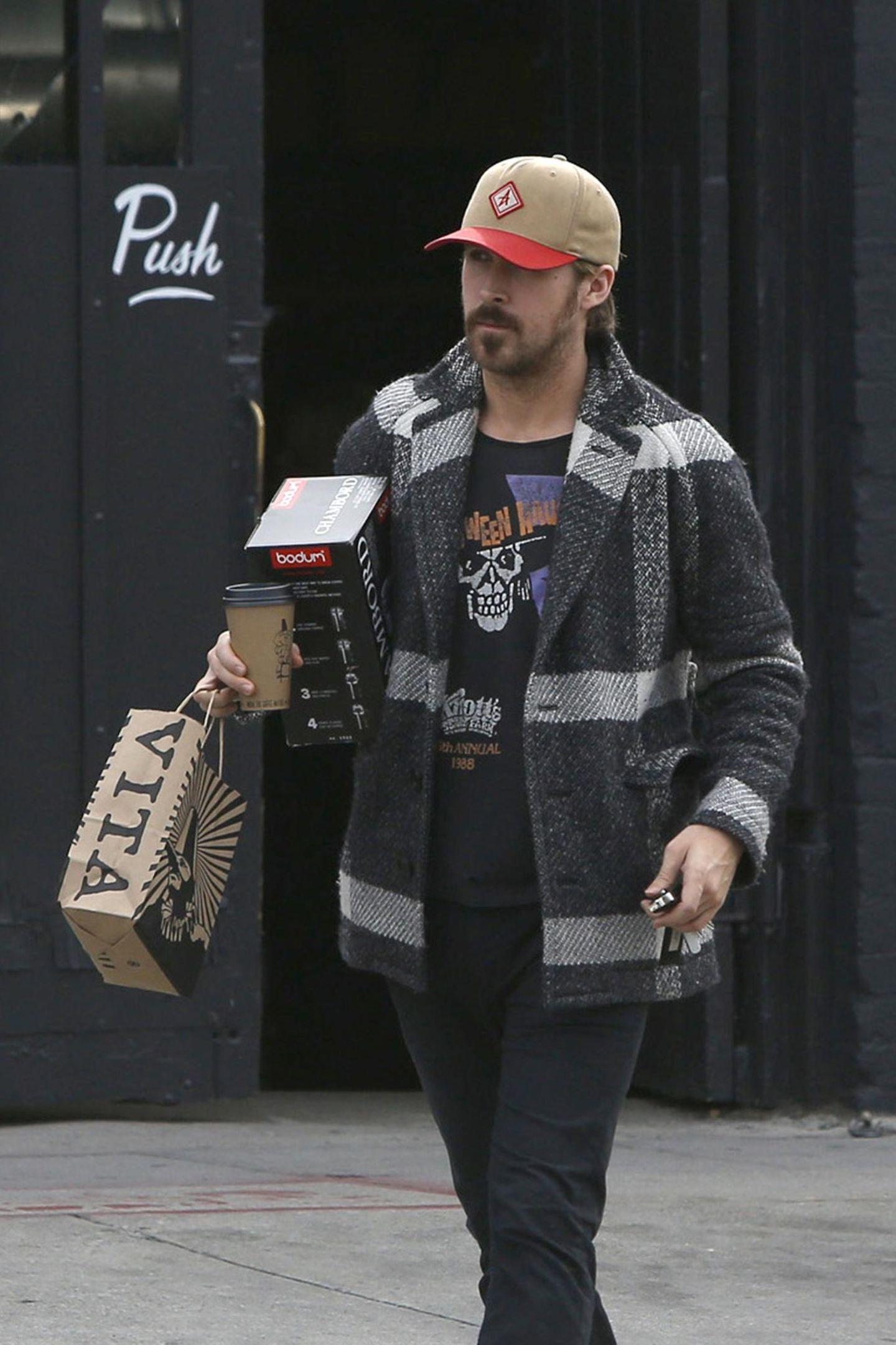 """Nach einer kleinen Shoppingeinheit ist Ryan Gosling mit einem """"Coffee to go"""" auf dem Weg zu seinem Auto."""