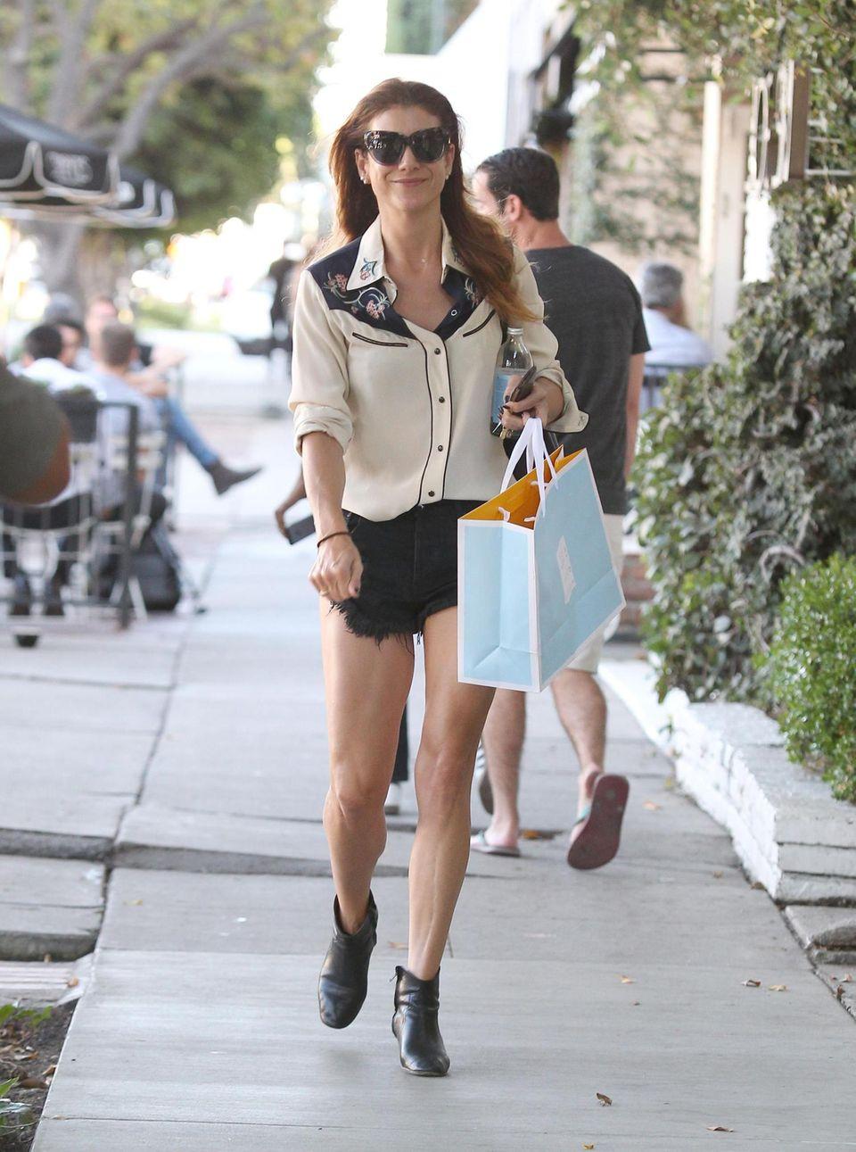 Offensichtlich glückselig vom Shoppen, schlendert Kate Walsh in sexy Hot-Pants und Western-Bluse durch die Straßen von Los Angeles.