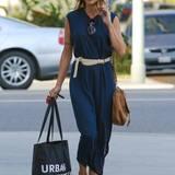 """Nach einem Großeinkauf bei """"Urban Outfitters"""" geht Elisabetta Canalis zurück zu ihrem Auto."""