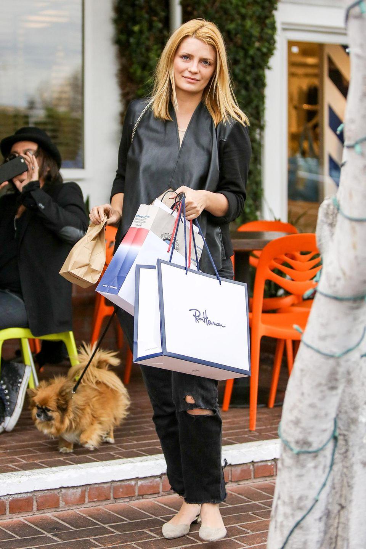 Mischa Barton geht nach einem Shopping-Bummel in Kalifornien mit ihrem Hund Gassi.
