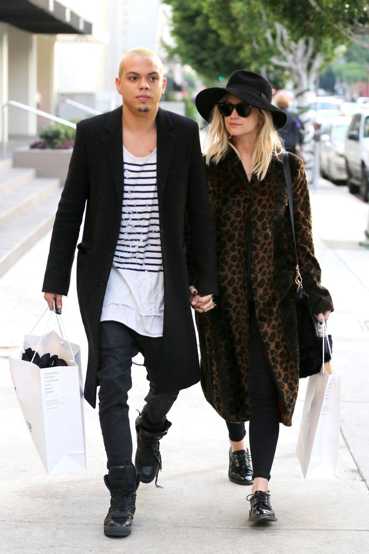 In Beverly Hills sind Ashlee Simpson und ihr Mann Evan Ross zusammen zum shoppen unterwegs.