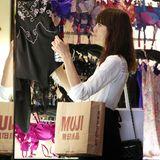 """Nachdem Alexa Chung bei """"Muji"""" eingekauft hat, sieht sie sich nun bei """"Agent Provokateur"""" in Soho um."""