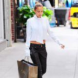 """Nicole Richie verlässt die """"Curve""""-Boutique in Manhattan mit einer großen Tüte."""