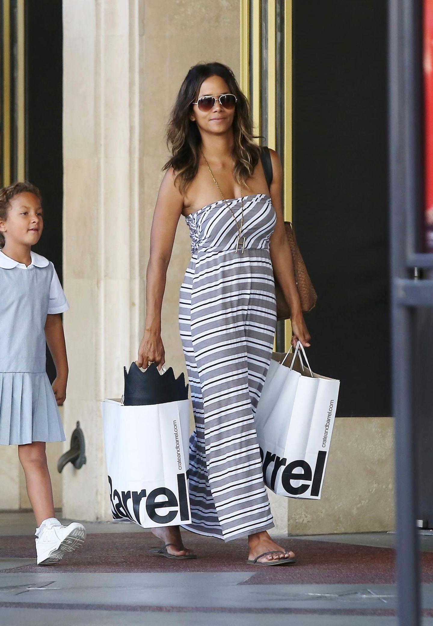"""Halle Berry und Nahla wirken ganz schön zufrieden nach ihrer Shoppingtour bei """"Crate and Barrel""""."""